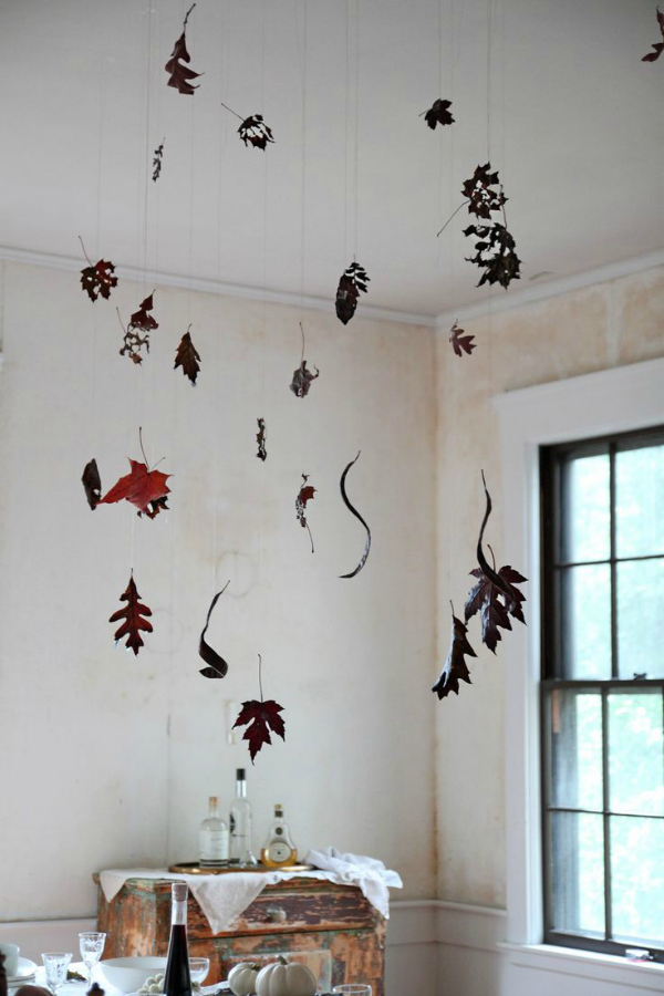 halloween-table-black-leaves