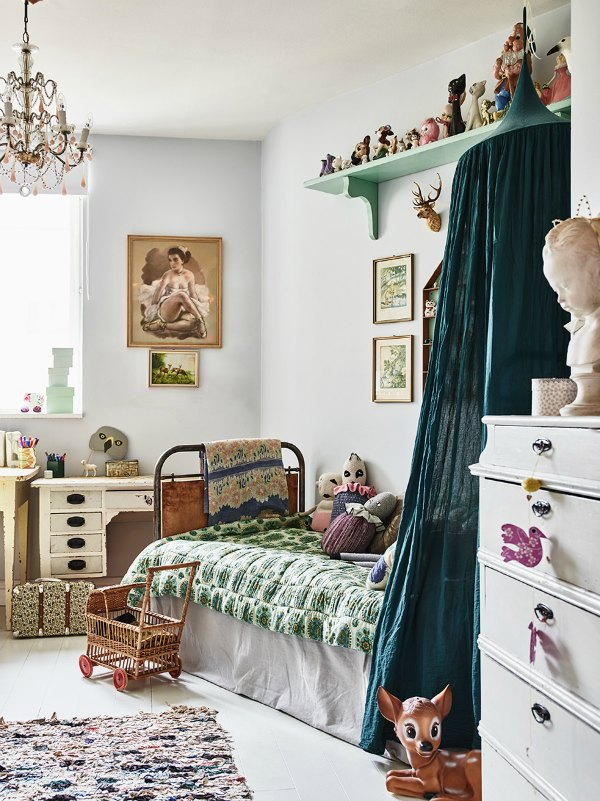 2 vintage kid 39 s rooms with a boho touch. Black Bedroom Furniture Sets. Home Design Ideas