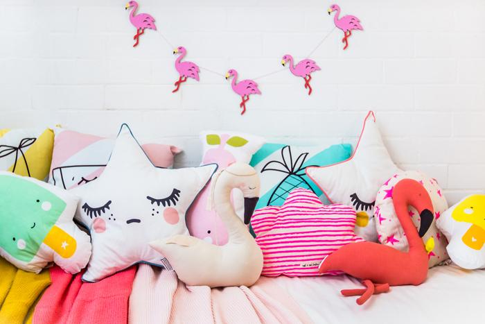 flamingo-cushions-garlands