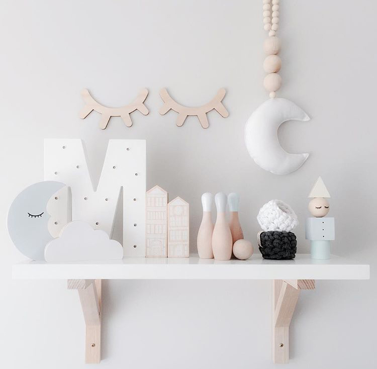 the cutest shelf accessories to decorate your kids room petit small. Black Bedroom Furniture Sets. Home Design Ideas