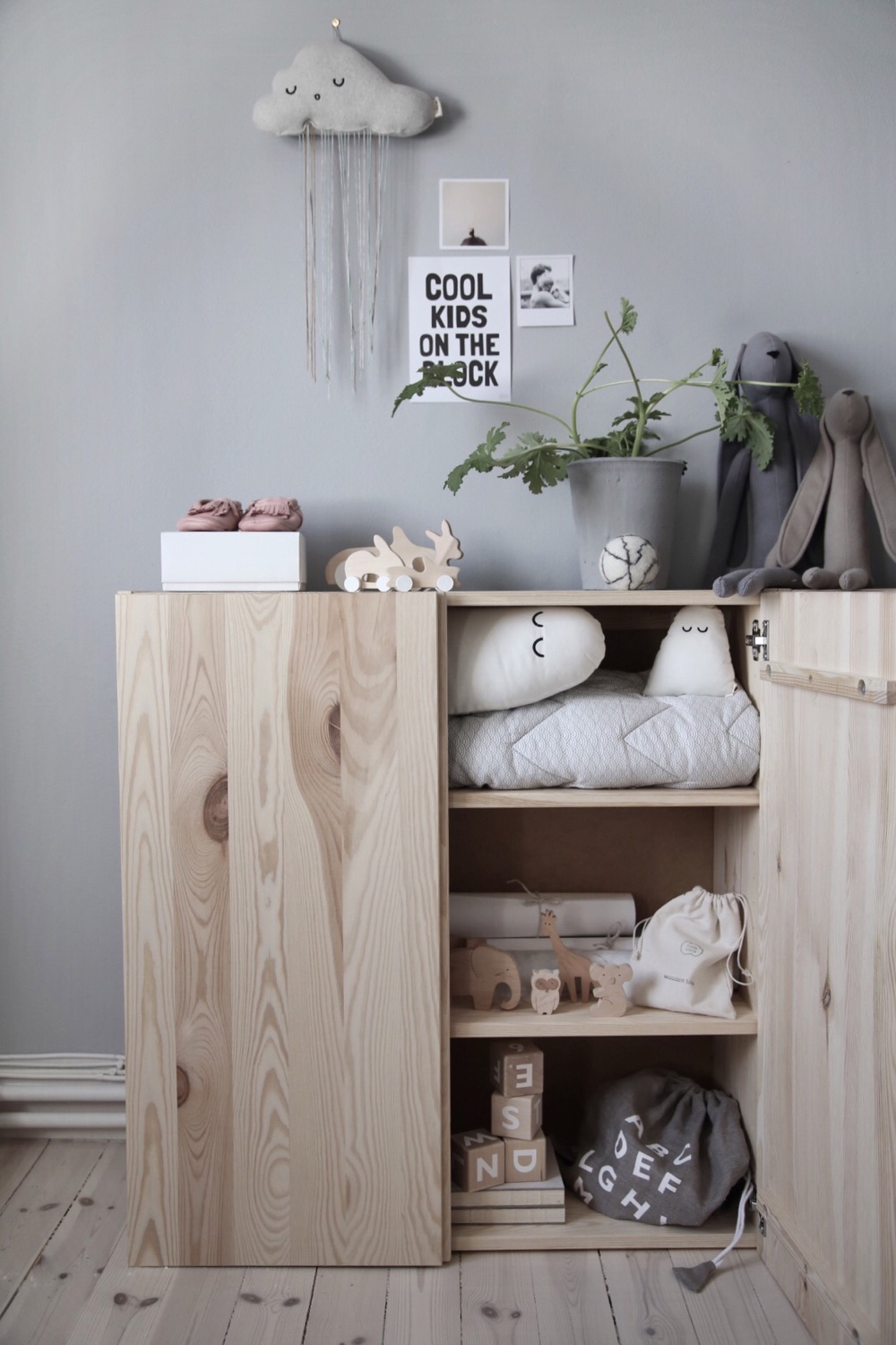 5 ways to decorate the ikea ivar cabinet petit small. Black Bedroom Furniture Sets. Home Design Ideas