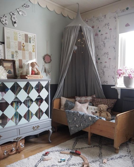 In this room, we have a bit of everything. An old bed, an old cabinet,  vintage suitcase for storage, vintage fabric and more. Nothing matches yet  it all ...