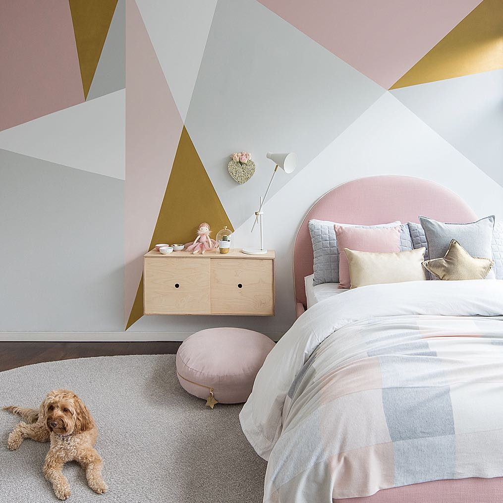 for a more modern look this geometric pink and grey room is striking were especially loving the gold accents that go so well with all the pink and grey